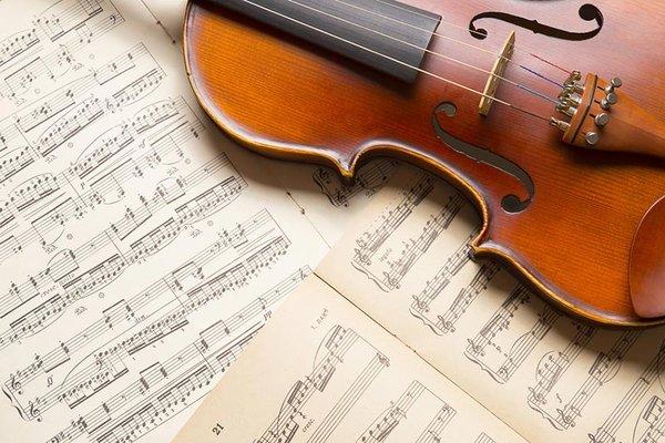 Geige auf Noten liegend